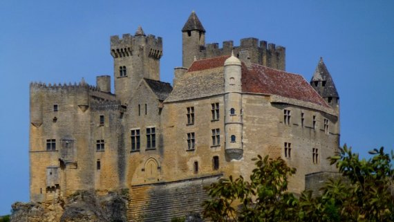 12-springtime_bicycle_tour_in_france-old_castle