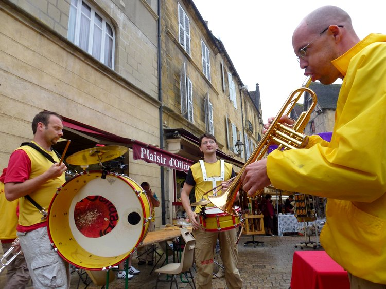 16-sarlat_market-musical_entertainment-banda