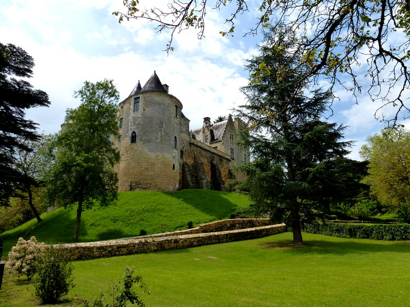 23-walking-holidays-discover_france-old_castle_fayrac