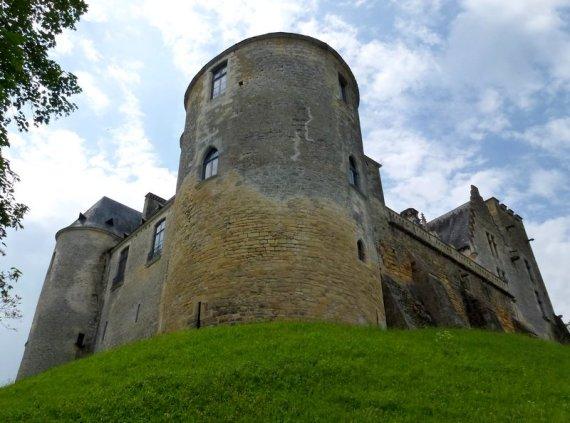 24-discovering_old_castle_in_france-fayrac