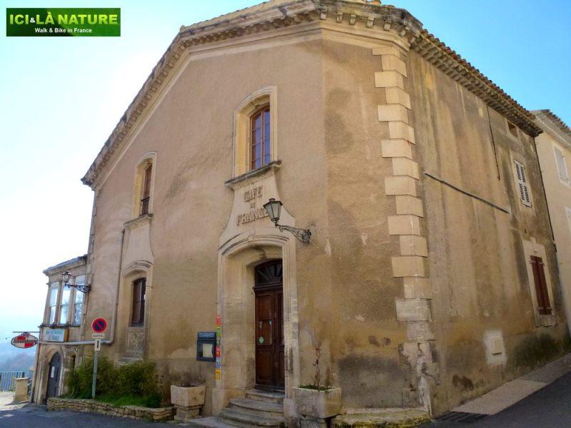 09-provence_biking-cafe_de_france-lacoste-vaucluse
