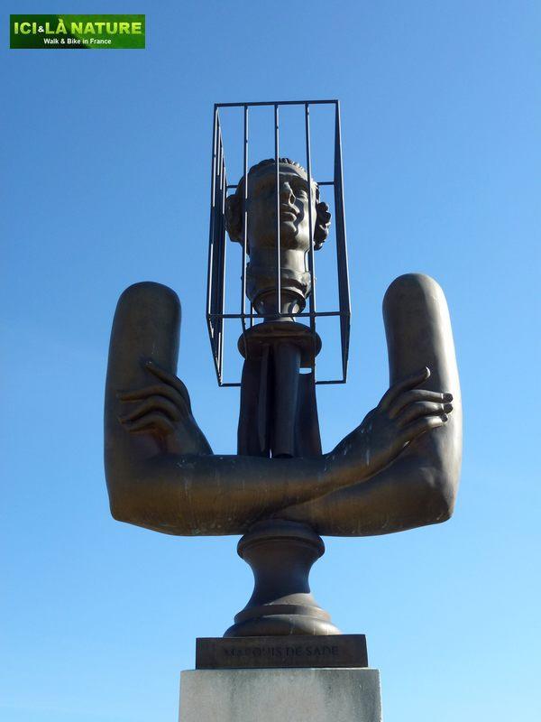 24-statue_marquis_de_sade-lacoste