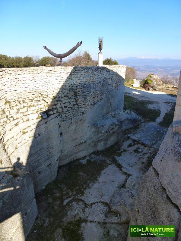 30-statues-lacoste-castle_sade