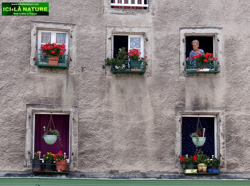 47-saugues old woman window