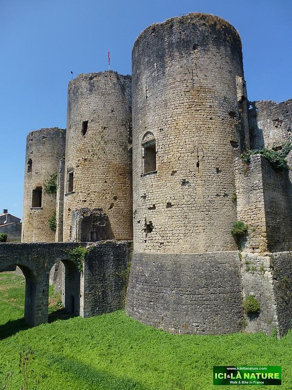 48-cycling tour france old castle villandraut