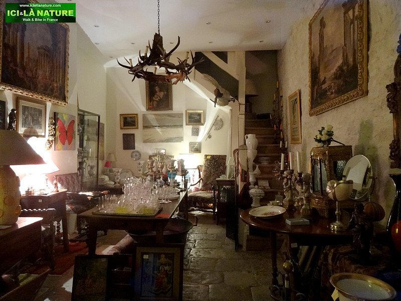 64-antique shop vezelay