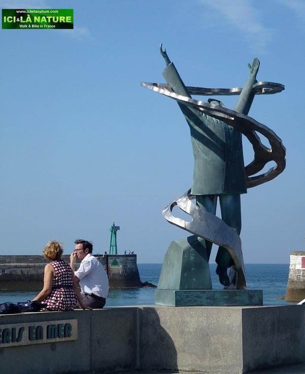 38-monument péris en mer port en bessin