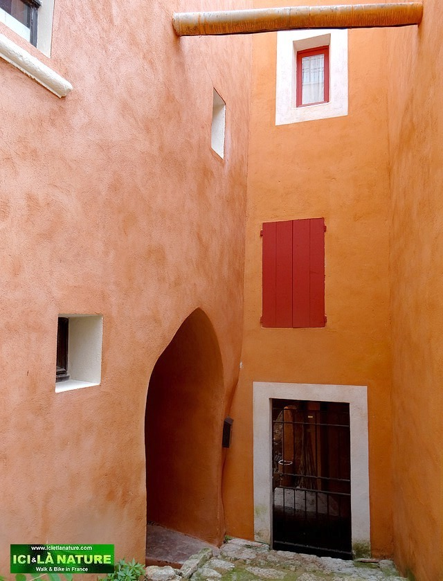02-travel provence holidays roussillon