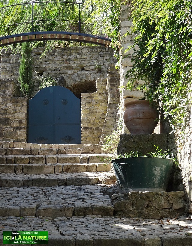 25-old medieval street provence vaison