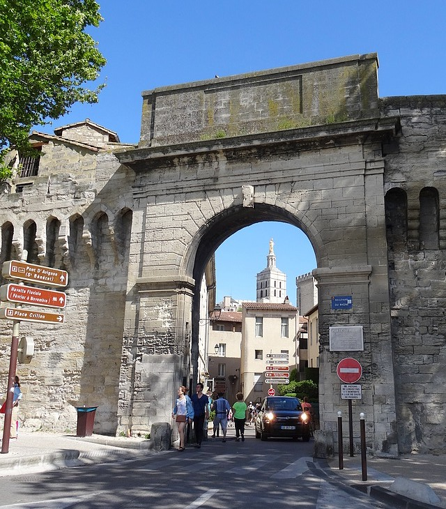 25-provence avignon old door