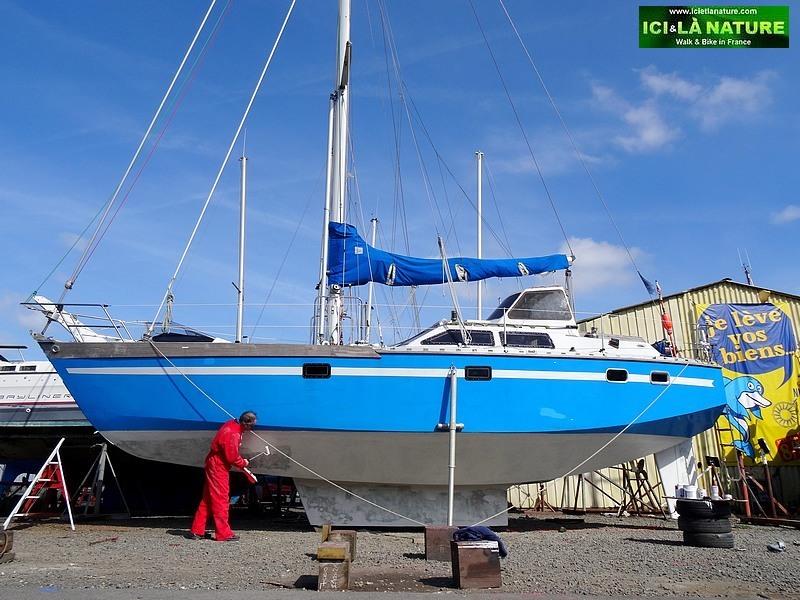 31-blue boat brittany coast