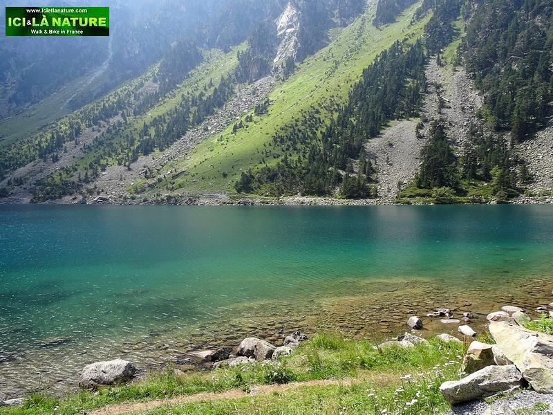 26-gaube lake hight mountain france
