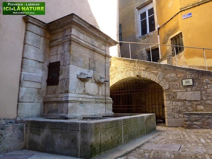 04-walking and cycling holidays provence bonnieux