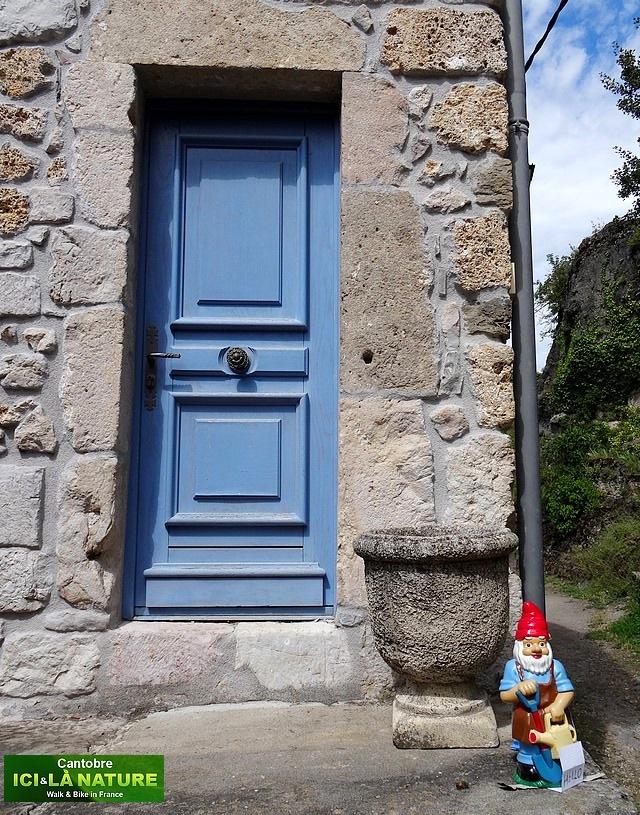 18-nain de jardin devant porte bleue