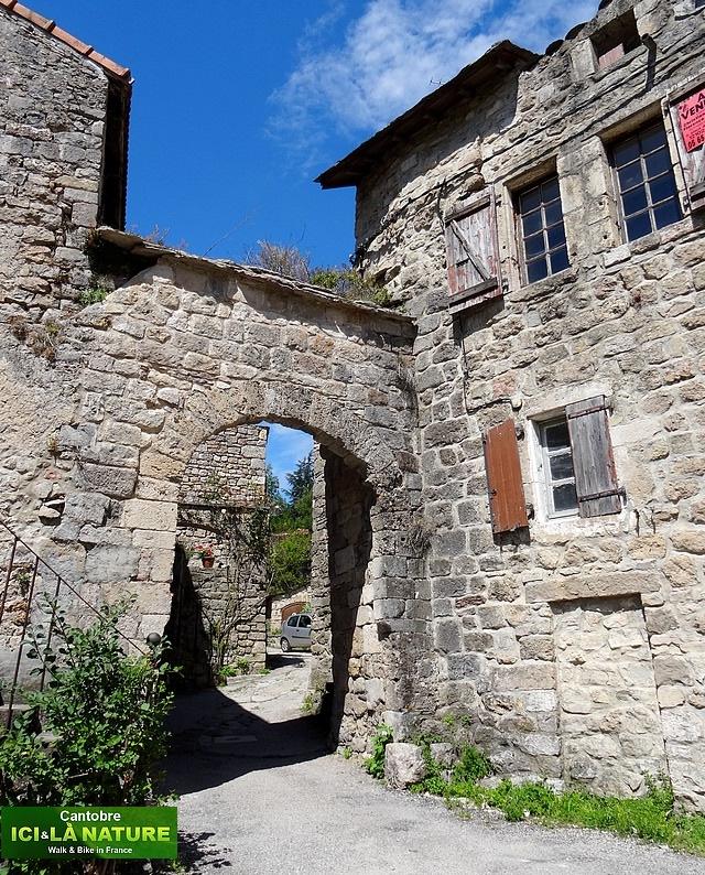 28- maison caractère avec portail en pierre
