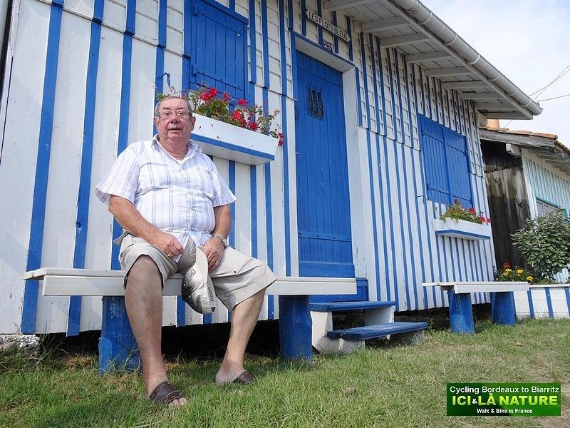 45-gentil monsieur devant sa cabane