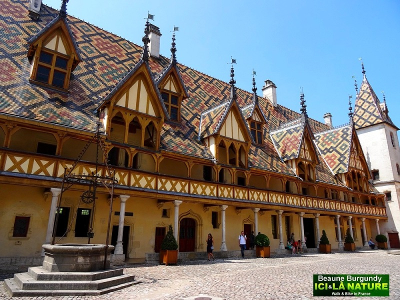 07-beaune-burgundy-courtyard-of-the-hotel-dieu