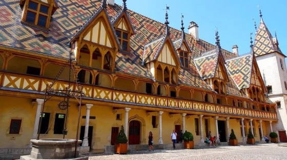 beaune-burgundy-courtyard-of-the-hotel-dieu