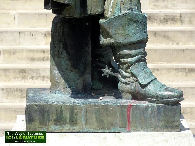 10-auch-d-artagnan-statue